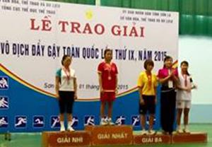 BTC trao huy chương vàng cho VĐV Nguyễn Thị Chăm của đoàn VĐV tỉnh ta.