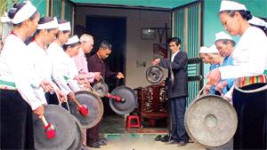 Cồng chiêng có ý nghĩa quan trọng trong đời sống văn hóa, tinh thần của người Mường. Ảnh: Một buổi tập của đội cồng chiêng xã Tây Phong (Cao Phong). (Ảnh: Hồng Duyên)