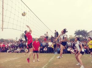 Mỗi năm, tại các xã, thị trấn ở Lương Sơn đều tổ chức được gần 70 giải thể thao cơ sở (bóng chuyền hơi, bóng chuyền, cầu lông, bóng bàn, thể thao dân tộc, việt dã…) thu hút được sự tham gia của đông đảo người hâm mộ. Trong ảnh: Giải bóng chuyền phụ nữ huyện Lương Sơn trên cơ sở phối hợp liên tịch giữa Hội phụ nữ huyện và ngành VH-TT.