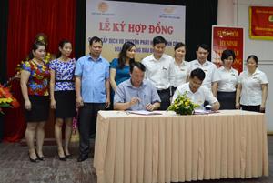 Lãnh đạo Cục Thuế tỉnh và Bưu điện tỉnh ký kết hợp đồng.