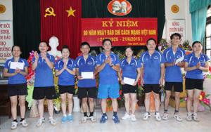 Đồng chí Đinh Văn Ổn, Tổng Biên tập Báo Hòa Bình trao giải nội dung cầu lông đôi nam - nữ cho các VĐV.