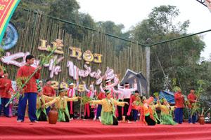 Nhằm phát triển du lịch cộng đồng, xã Phong Phú (Tân Lạc) xây dựng các đội văn nghệ quần chúng, phục vụ khách thăm quan du lịch. Ảnh: Biểu diễn văn nghệ tại lễ hội Khai hạ Mường Bi năm 2015.