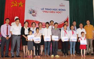 Đại diện Công ty Prudential Việt Nam trao học bổng cho các em học sinh nghèo học giỏi huyện Cao Phong.