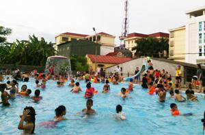 Bể bơi Trung tâm TP Hòa Bình, khu vực  dành cho trẻ em luôn quá tải trong những ngày hè.