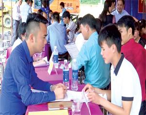 Người lao động tìm hiểu, tư vấn việc làm trong phiên giao dịch việc làm tại xã Tây Phong (Cao Phong).