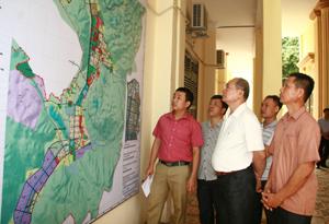 Người dân quan tâm tìm hiểu quy hoạch phát triển thị trấn Mai Châu (Mai Châu) đến năm 2025, tầm nhìn năm 2035.
