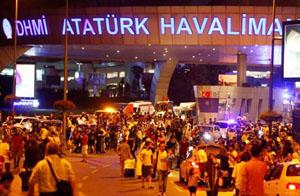 Người dân và du khách hốt hoảng rời khỏi sân bay Ataturk sau khi xảy ra các vụ tấn công. Ảnh: Reuters.