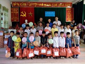 Tặng quà cho trẻ em có hoàn cảnh khó khăn tại Lạc Thủy