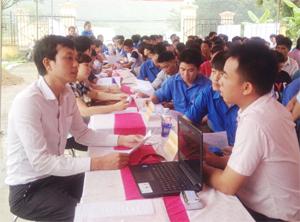 Đông đảo người lao động đến tìm hiểu thông tin về việc làm, học nghề tại Sàn giao dịch việc làm huyện Kim Bôi năm 2016.