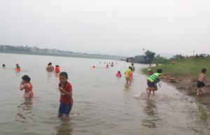 Một số người vẫn không mặc áo phao khi tắm tại khu vực bến Thịnh Minh, phường Thịnh Lang (TP Hòa Bình) trong mùa hè này.