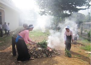 Phụ nữ xã Địch Giáo tổ chức làm vệ sinh, thu gom rác thải khu vực trường học.