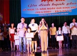Bà Quách Thị Kiều – Phó Chủ tịch UBND huyện, Trưởng BCĐ công tác gia đình huyện trao giấy khen cho gia đình đạt giải nhất hội thi.