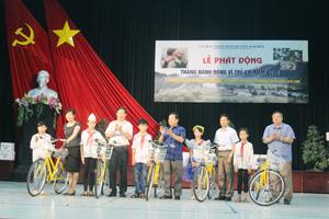 Đồng chí Bùi Văn Cửu, Phó Chủ tịch thường trực UBND tỉnh cùng lãnh đạo sở LĐ, TB & XH, huyện Kim Bôi trao xe đạp cho học sinh có hoàn cảnh khó khăn tại buổi lễ.
