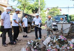 Các đồng chí lãnh đạo tỉnh và huyện Cao Phong tham gia làm vệ sinh môi trường hưởng ứng sự kiện.