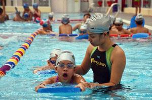 Khóa dạy bơi cho học sinh Trường THCS Ngô Sỹ Liên (Hà Nội ). Ảnh: DUY LINH