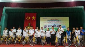 Lãnh đạo sở LĐ, TB & XH trao tặng xe đạp cho trẻ em vượt khó huyện Yên Thuỷ.