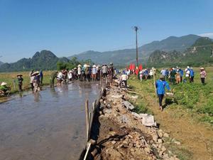 Ngay sau lễ mít tinh, ĐVTN cùng nhân dân xóm Mến Bôi tham gia đổ bê tông đoạn đường giao thông nông thôn.