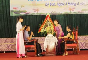 Tiết mục dự thi của gia đình chị Lưu Hoài Thanh (công đoàn Huyện uỷ).