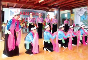 Biểu diễn văn nghệ đậm bản sắc dân tộc tại khu du lịch thiên nhiên hồ Dụ, xã Mông Hoá (Kỳ Sơn).