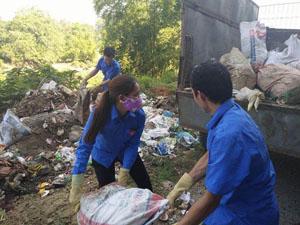 ĐVTN huyện Lạc Sơn thu gom rác thải, làm vệ sinh môi trường tại xã Tân Mỹ