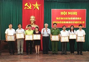 Đồng chí Phạm Văn Long, Chủ tịch UBND huyện Cao Phong tặng giấy khen cho các tập thể có thành tích xuất sắc trong công tác bầu cử đại biểu Quốc hội và HĐND các cấp nhiệm kỳ 2016 – 2021.