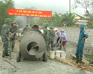 Cán bộ, nhân dân và bộ đội địa phương  làm đường giao thông tại xóm Minh Thành, xã Yên Trị (Yên Thủy).