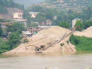 Tuyến sông Đà, địa phận thành phố Hòa Bình và huyện Kỳ Sơn có 2 đơn vị kinh doanh vật liệu xây dựng cát, sỏi, trong đó có 2 công ty được cấp phép khai thác cát, sỏi lòng sông.