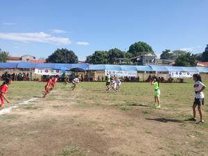 Các em nữ lứa tuổi U15 thi đấu.