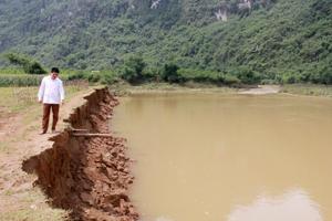 Diện tích đất canh tác của người dân xóm Đồi Bổi, xã Sào Báy (Kim Bôi) bị sạt lở hơn 70 m do ảnh hưởng của đợt mưa lớn từ ngày 24 - 25/5.