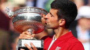 Djokovic hạnh phúc bên chiếc cúp vô địch Roland Garros đầu tiên trong sự nghiệp. (Ảnh: Getty)