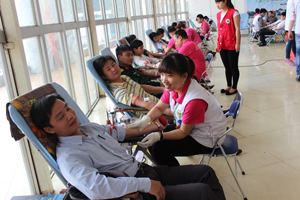 Các tình nguyện viên thành phố Hòa Bình tham gia hiến máu tình nguyện.