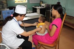 Bác sỹ Trạm y tế xã Tân Vinh (Lương Sơn) khám cho bệnh nhân nhi.