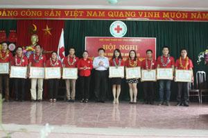 Đồng chí Nguyễn Văn Chương, Phó chủ tịch UBND tỉnh, Trưởng Ban chỉ đạo VĐHMTN trao quà cho các cá nhân có thành tích xuất sắc trong phong trào Hiến máu tình nguyện tỉnh
