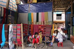 Du khách dừng chân thăm quan làng nghề dệt thổ cẩm bản Lác, xã Chiềng Châu