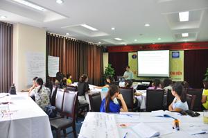 Các học viên lớp tập huấn truyền thông về bảo hiểm y tế trong bệnh viện học tập, thực hành theo nhóm