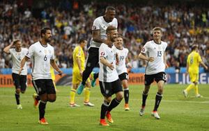 Mustafi chia vui cùng đồng đội sau bàn mở tỷ số. Ảnh: Reuters.