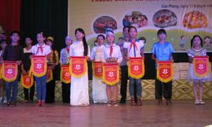 Lãnh đạo UBND huyện Cao Phong trao cờ lưu niệm cho các đoàn về dự diễn đàn trẻ em cấp huyện năm 2016.