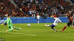 Pha ghi bàn mở tỉ số trận đấu của tiền vệ Italia Emanuele Giaccherini. (Ảnh: AP)      |