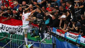 Tiền đạo Adam Szalai và cổ động viên Hungary ăn mừng bàn thắng đầu tiên của đội tuyển tại VCK Euro 2016