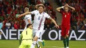 Bjarnason gỡ hòa cho Iceland. ( Ảnh: Reuters)