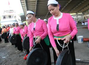 Đội chiêng Mường phường Thái Bình (TP Hoà Bình)  biểu diễn ở các ngày lễ, hội trên địa bàn. ảnh: P.V