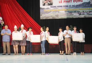 Lãnh đạo UBND huyện Kim Bôi trao quà cho trẻ em trên địa bàn nhân dịp Quốc tế Thiếu nhi 1/6.