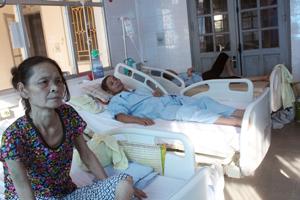 Nắng nóng nhiều bệnh nhân là người già điều trị tại phòng cấp cứu khoa Nội tim mạch, bệnh viện đa khoa tỉnh.