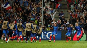 Pháp ăn mừng chiến thắng Albania phút chót