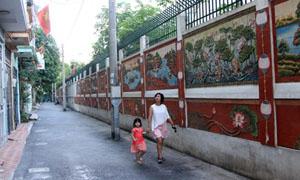 Đường tranh gốm - niềm tự hào của tổ dân cư 28, phường Dịch Vọng Hậu. Ảnh: N.M.Hà.