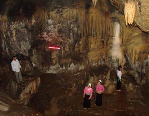 Các hang động ở tỉnh đã và đang được khai thác đúng hướng, trở thành điểm đến thăm quan, du lịch của du khách gần xa.  ảnh: Hang Đầu Rồng của huyện Cao Phong. ảnh: p.v