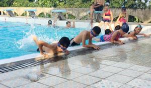 Các em nhỏ tham gia học bơi tại bể bơi trung tâm do Trung tâm thi đấu và dịch vụ thể thao tỉnh tổ chức.