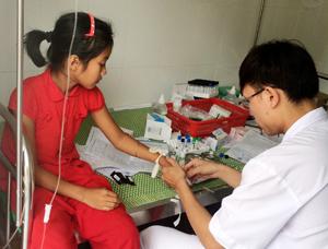 Cán bộ Trung tâm y tế dự phòng huyện Mai Châu lấy mẫu xét nghiệm nhằm phát hiện sớm dịch bệnh có thể lây lan trong cộng đồng.