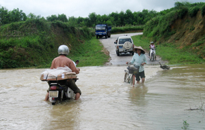 Ngay đầu mùa mưa 2016, trận mưa lớn đêm 24 rạng sáng 25/5 đã gây ngập lụt cục bộ trên địa bàn xã Hưng Thi (Lạc Thủy).