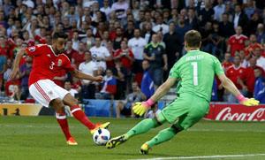 Neil Taylor dứt điểm nâng tỷ số 2-0 cho đội tuyển xứ Wales. (Nguồn: sina)